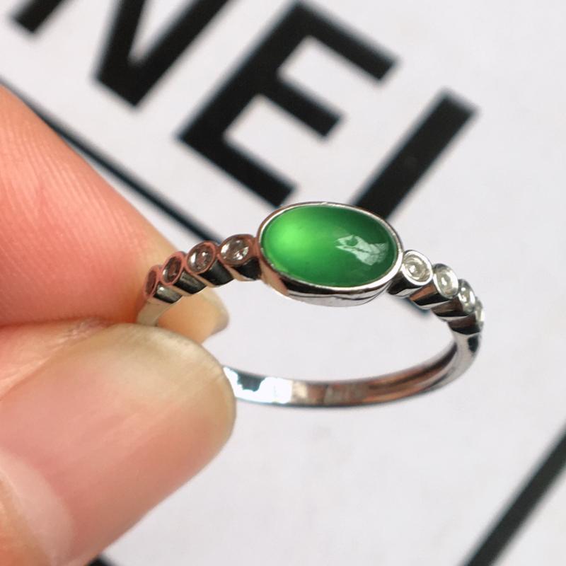 天然翡翠A货冰种18k金镶嵌满绿戒指,整体尺寸:16.2/4.6/3.4mm,玉质细腻,颜色鲜艳,上