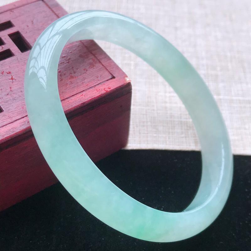 贵妃:54.5(适合正圈52圈口)天然翡翠A货。老坑冰糯种飘绿贵妃手镯。玉质细腻,佩戴清秀优雅。尺寸