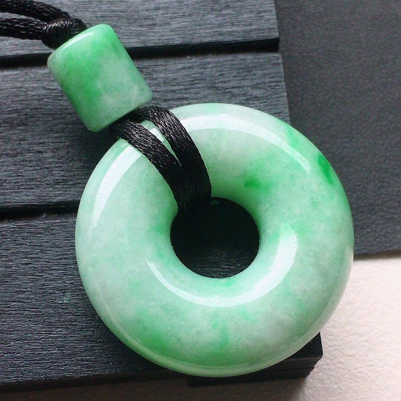 缅甸翡翠带绿平安扣吊坠,自然光实拍,颜色漂亮,玉质莹润,佩戴佳品,尺寸:30.8*10.7mm,重2