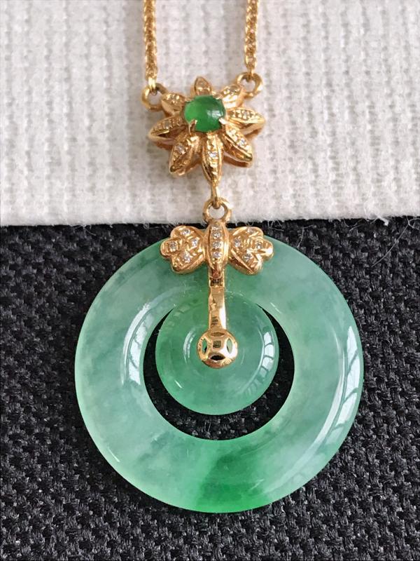 镶嵌18K金伴钻,缅甸天然老坑翡翠A货飘绿平安环项链,包金尺寸30.7*19.2*3,裸石尺寸19.