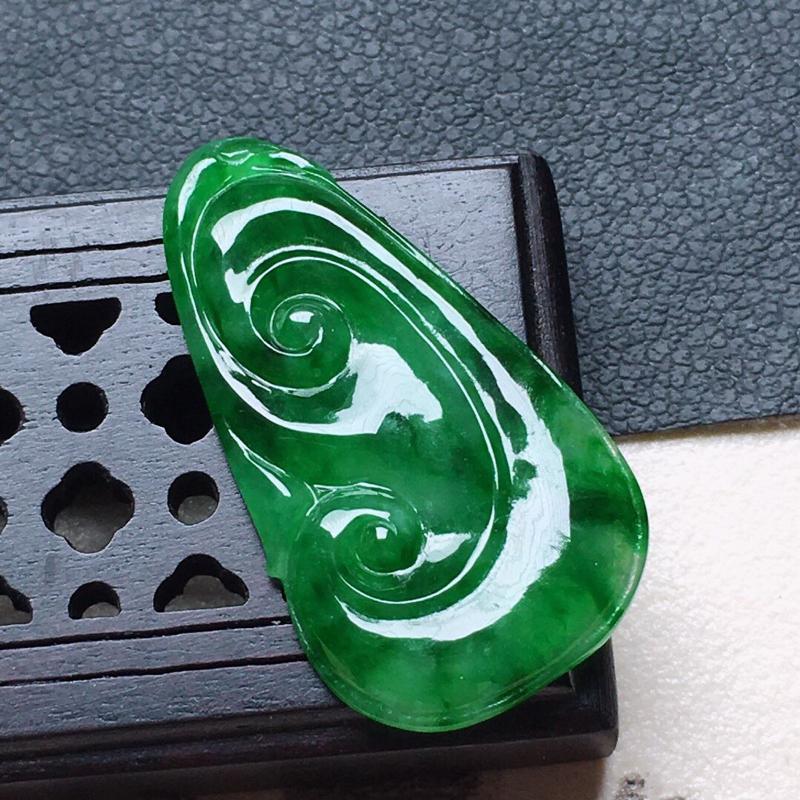 缅甸翡翠带绿如意吊坠,自然光实拍,颜色漂亮,玉质莹润,佩戴佳品,尺寸:25.4*14.3*4.1mm