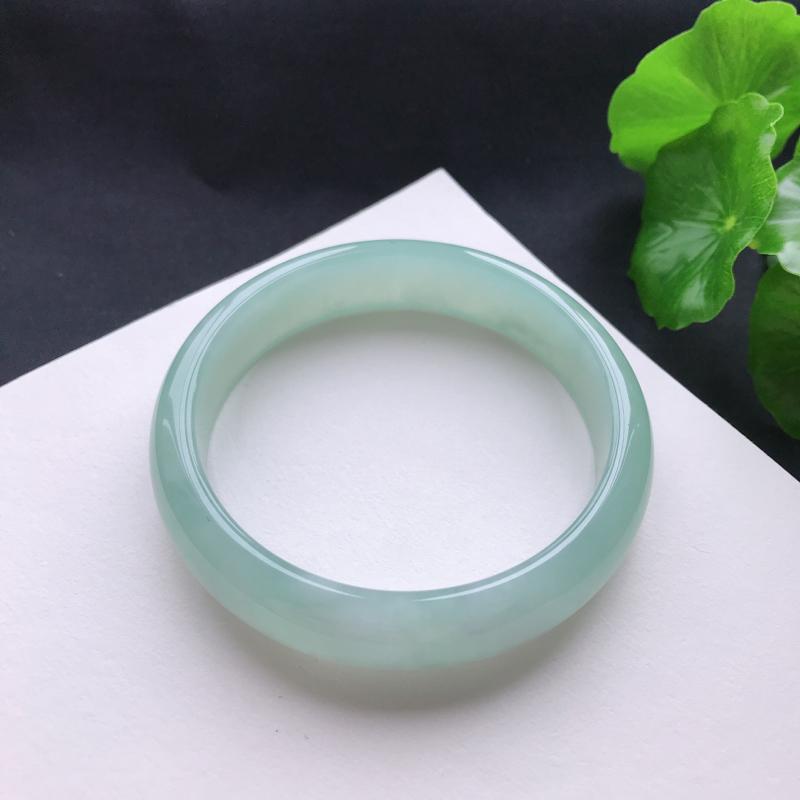 天然翡翠A货糯化种淡绿正圈手镯,尺寸56.4×13.5×6.9mm,玉质细腻,种水好,底色好,上手效