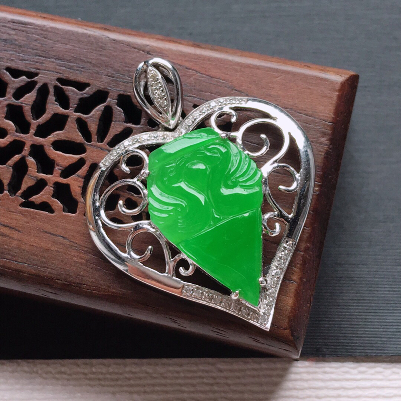 18k金镶嵌伴钻冰糯种满绿鸳鸯吊坠, 料子细腻,雕工精美,颜色漂亮,    含金尺寸:29.5×23