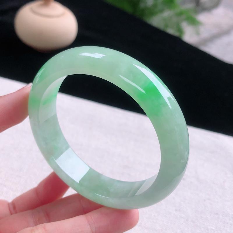 圈口:55-56,飘阳绿莹润透光正圈手镯,尺寸:55.6/13/8.2,完美,绿意葱茏,玉质细腻,上