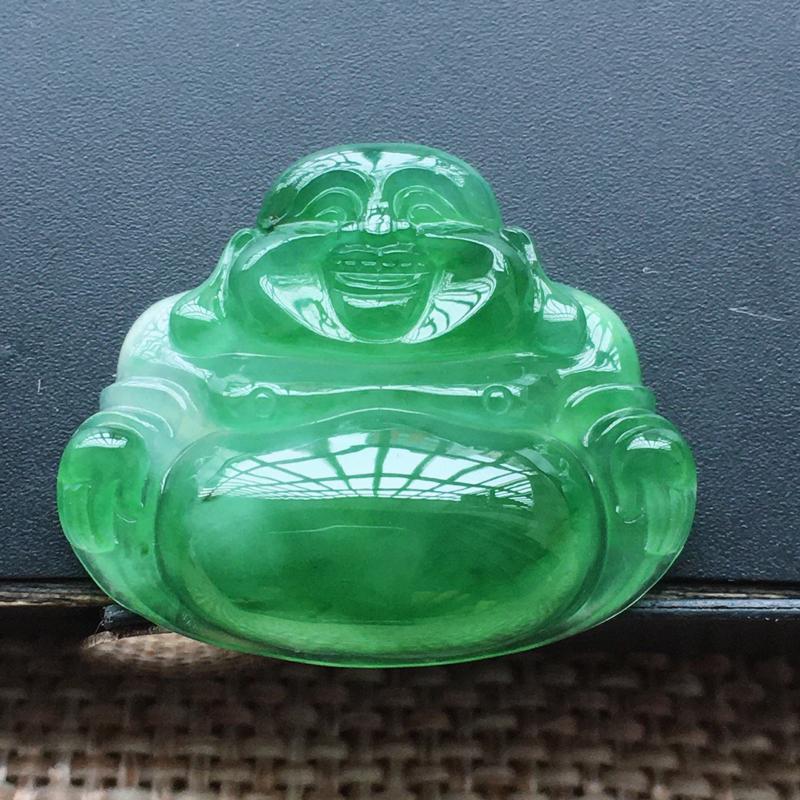 自然光实拍,缅甸a货翡翠,满绿坐佛,种水好,玉质细腻,绿色艳丽,形体饱满,喜庆,镶嵌效果超赞,需镶嵌