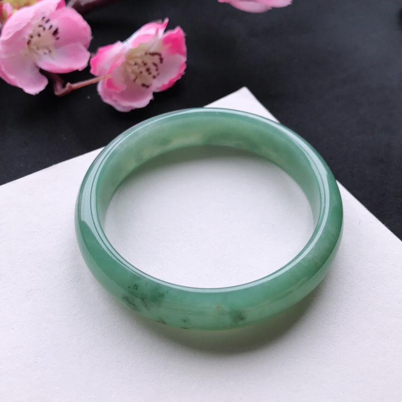 天然翡翠A货细糯种满绿正圈手镯,尺寸54.9*12.5*6.9mm,玉质细腻,种水好,底色好,上手效