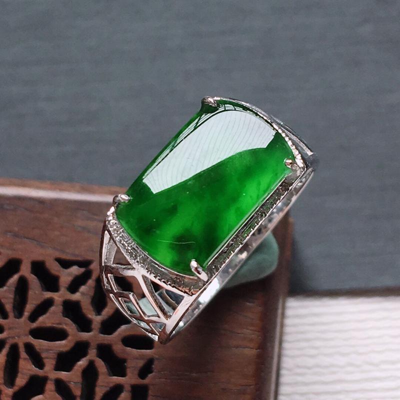 18k金镶嵌伴钻冰糯种满绿马鞍戒指, 料子细腻,雕工精美,颜色漂亮,  含金尺寸:15×9×4.8m