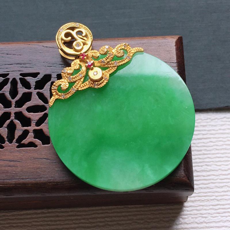 糯化种18K金伴钻满绿色素面牌吊坠。缅甸天然翡翠A货自然光实拍。品相好,料子细腻,雕工精美。 尺寸: