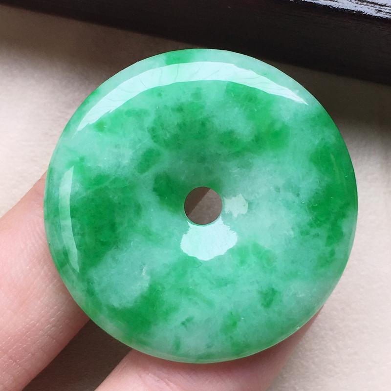 缅甸翡翠保平安带绿平安扣吊坠,自然光实拍,颜色漂亮,玉质莹润,佩戴佳品,尺寸:32.2*4.8mm,