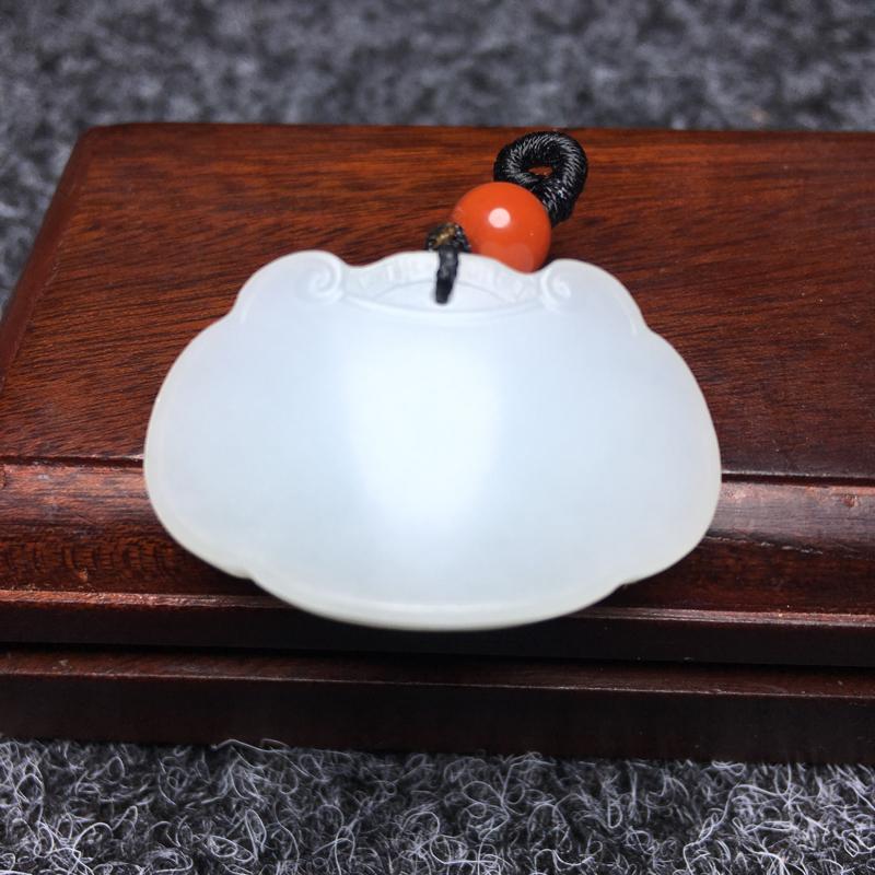 【宝宝平安锁】 新疆和田羊脂玉,玉质温润,质地细腻,完美无瑕疵,推手出油,苏工雕刻,工艺精湛,线条柔