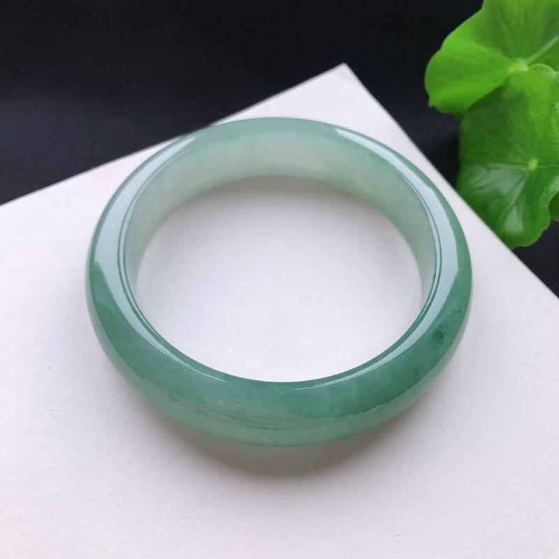 天然翡翠A货糯化种淡底色正圈手镯,尺寸55.7×13.3×8.3mm,玉质细腻,种水好,底色好,上手