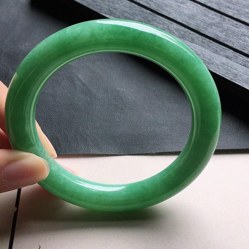 缅甸翡翠56圈口满绿圆条手镯,自然光实拍,颜色漂亮,玉质莹润,佩戴佳品,尺寸:56.1*10.6*1
