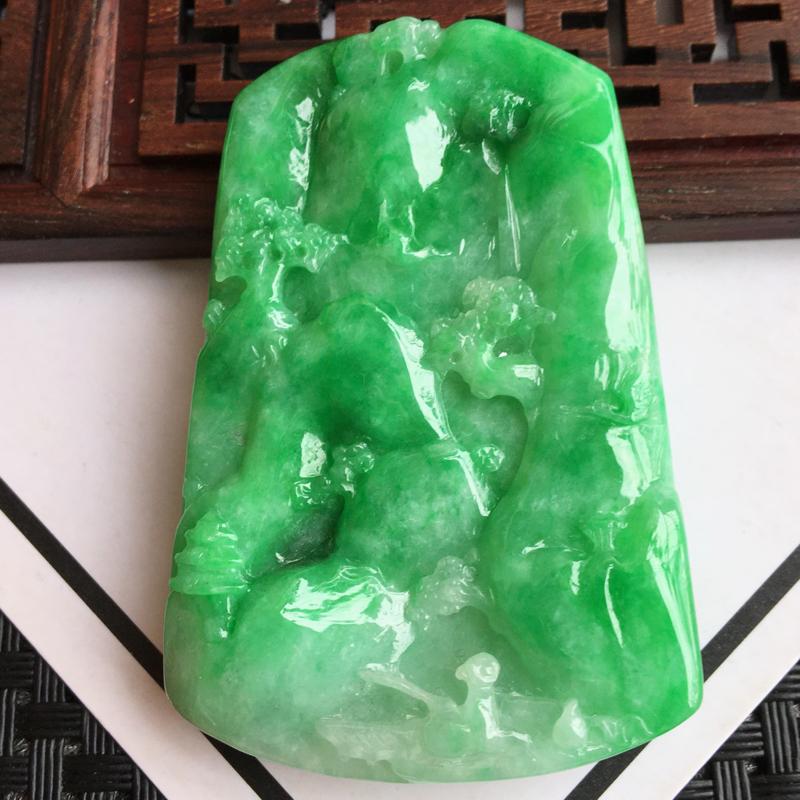 天然翡翠A货细糯种飘阳绿山水牌吊坠,尺寸:60.1/40.1/8.5mm,玉质细腻,颜色鲜艳,上身效