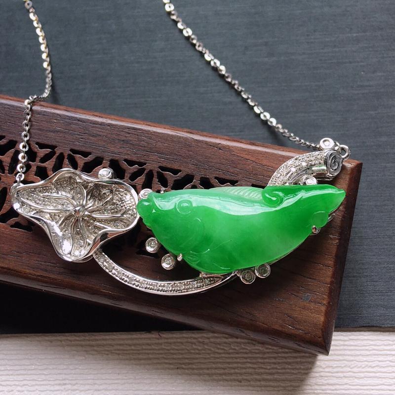 18k金镶嵌伴钻冰糯种飘阳绿年年有余锁骨项链。料子细腻,雕工精美,颜色漂亮,