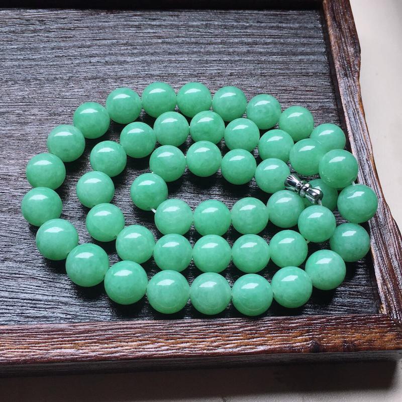 缅甸翡翠带绿圆珠项链,自然光实拍,颜色漂亮,玉质莹润,佩戴佳品,单颗尺寸大:11.3mm,单颗尺寸小
