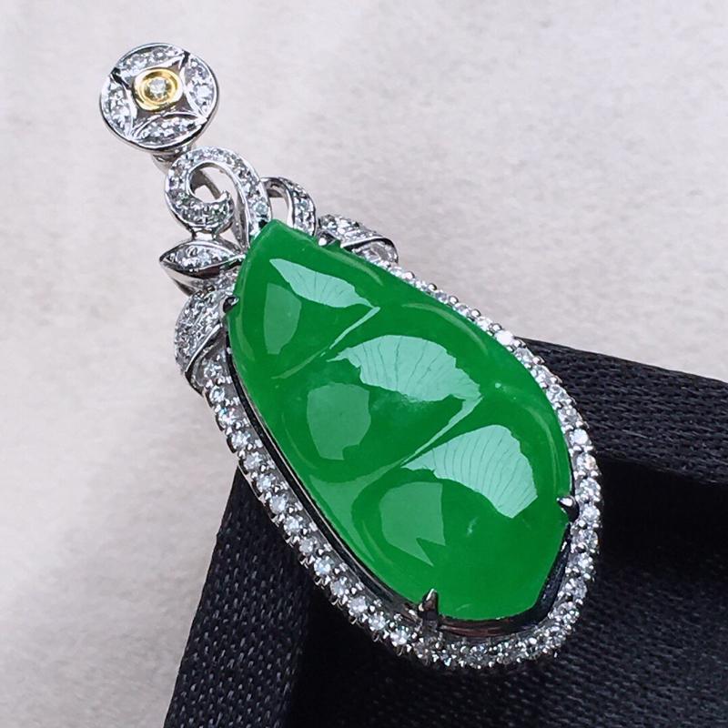 缅甸翡翠18k金伴钻镶嵌满绿发财豆吊坠,颜色漂亮,玉质莹润,佩戴佳品,包金尺寸:33.5*13.9*
