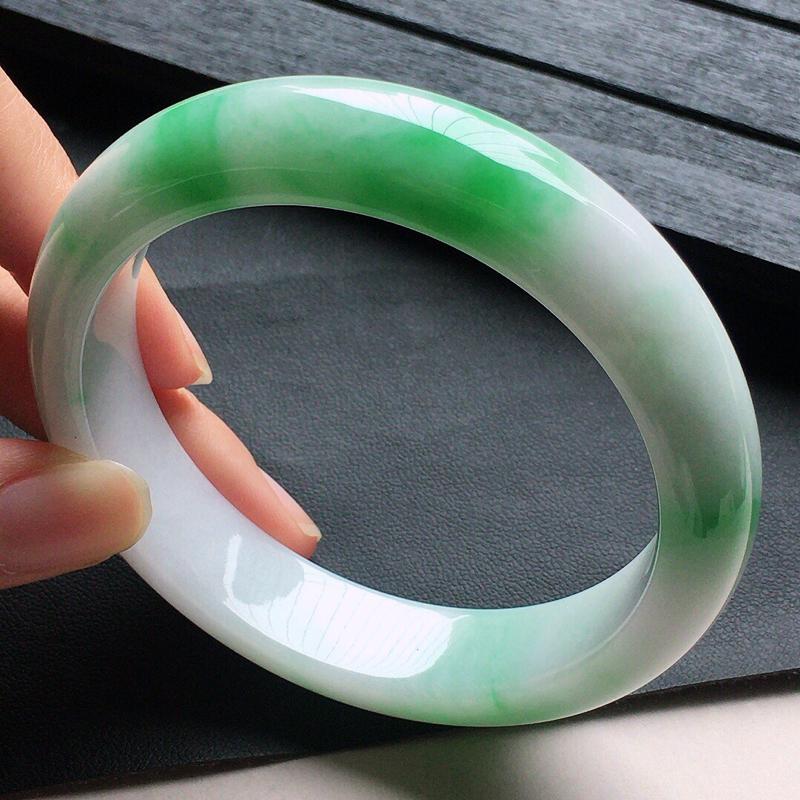 缅甸翡翠57圈口带绿正圈手镯,自然光实拍,颜色漂亮,玉质莹润,佩戴佳品,尺寸:57.5*13.3*8