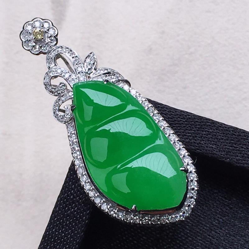 缅甸翡翠18k金伴钻镶嵌满绿发财豆吊坠,颜色漂亮,玉质莹润,佩戴佳品,包金尺寸:33.3*13.7*