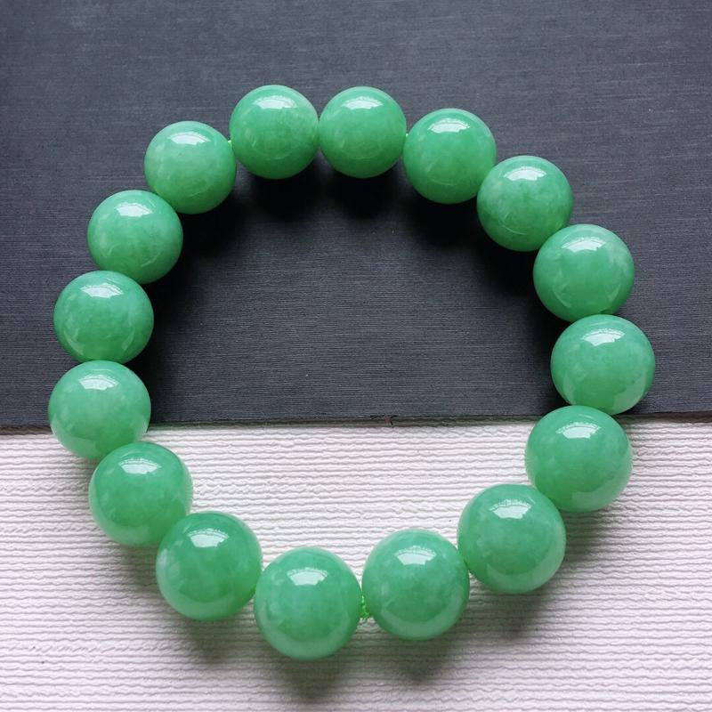 糯化种满绿圆珠手串。料子细腻,雕工精美,