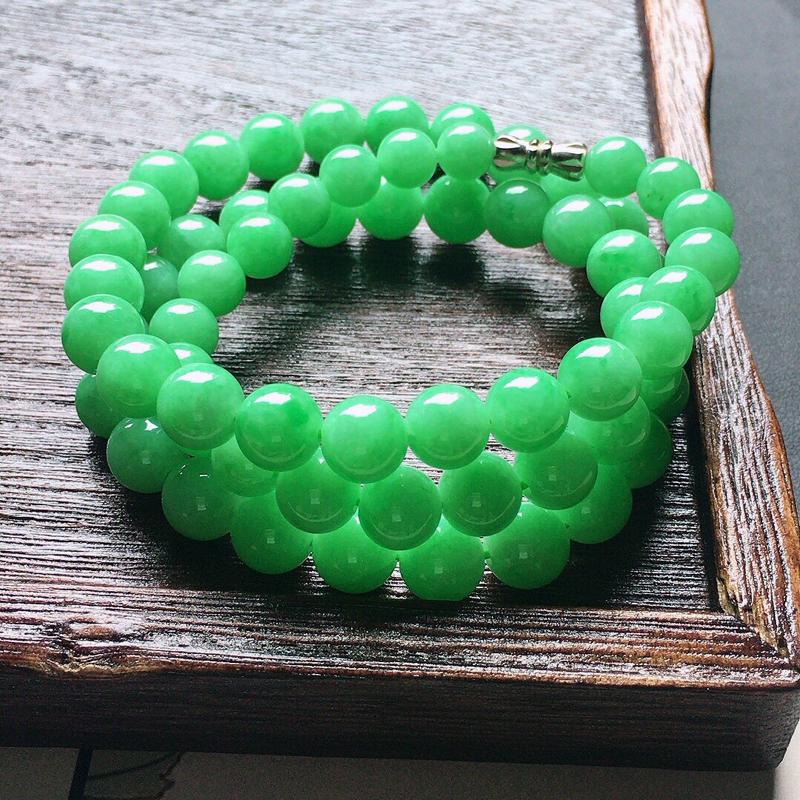 缅甸翡翠带绿圆珠项链,自然光实拍,颜色漂亮,玉质莹润,佩戴佳品,单颗尺寸大:8.7mm,单颗尺寸小: