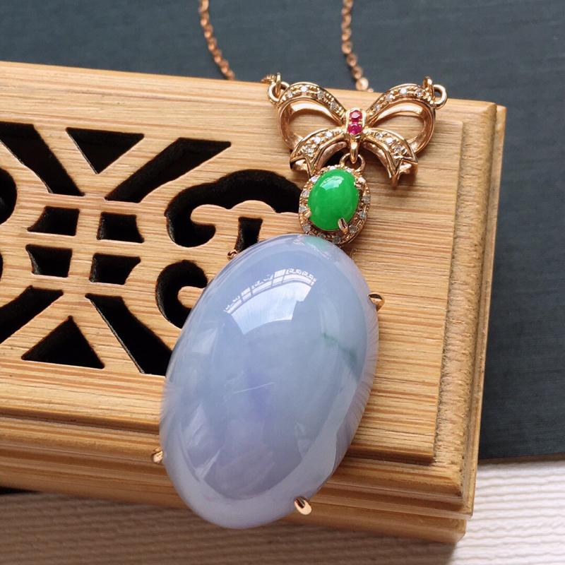18k金镶嵌伴钻糯化种紫罗兰鸽子蛋锁骨项链。料子细腻,雕工精美,颜色漂亮,