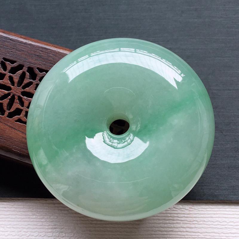 糯化种大件厚庄飘绿平安扣吊坠,   料子细腻, 雕工精美,颜色漂亮,  尺寸:41×11.5mm