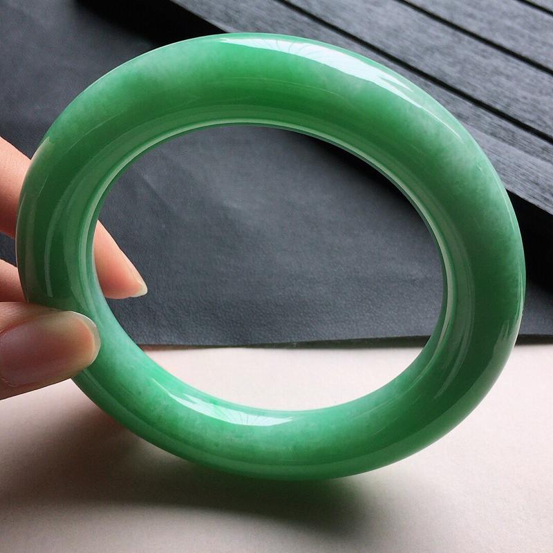 缅甸翡翠56圈口带绿圆条手镯,自然光实拍,颜色漂亮,玉质莹润,佩戴佳品,尺寸:56.8*12.8*1
