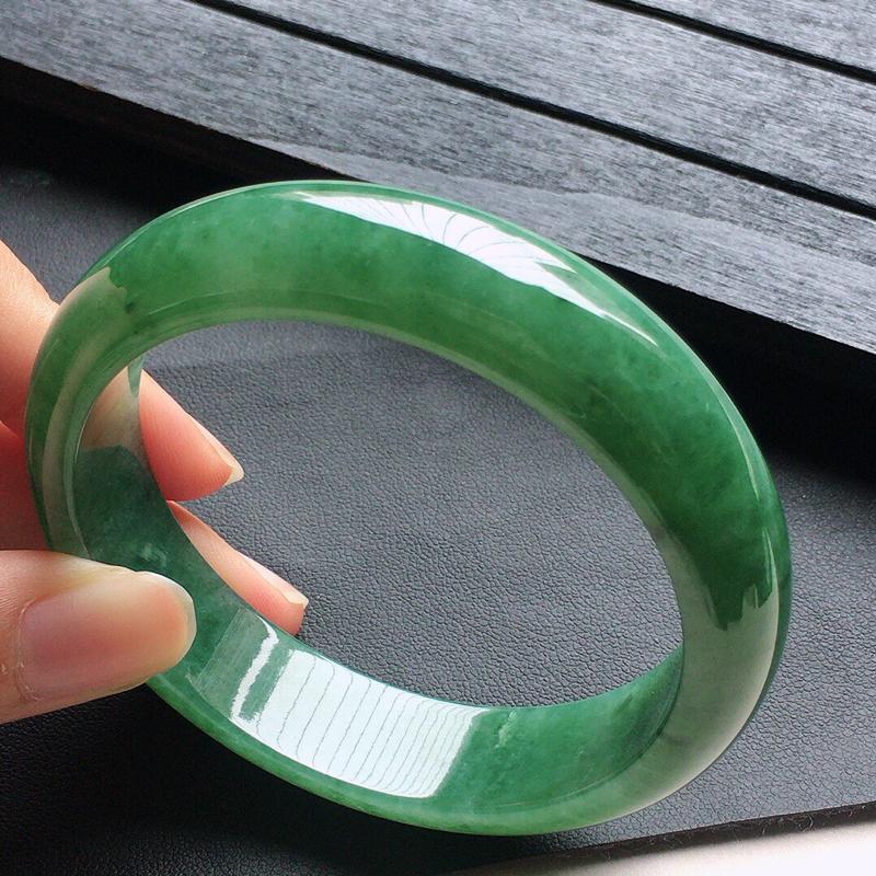 缅甸翡翠55圈口满绿正圈手镯,自然光实拍,颜色漂亮,玉质莹润,佩戴佳品,尺寸:55.3*13.6*7