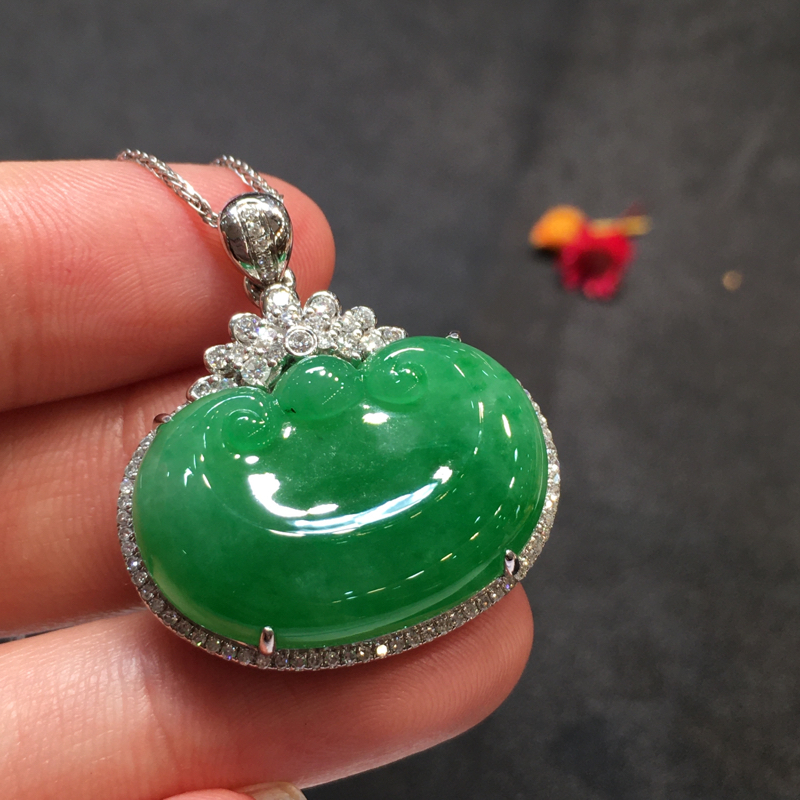 阳绿如意头,吉祥如意,完美色阳,底庄细腻,18K白金南非真钻镶嵌,性价比高,推荐,尺寸31*27.7