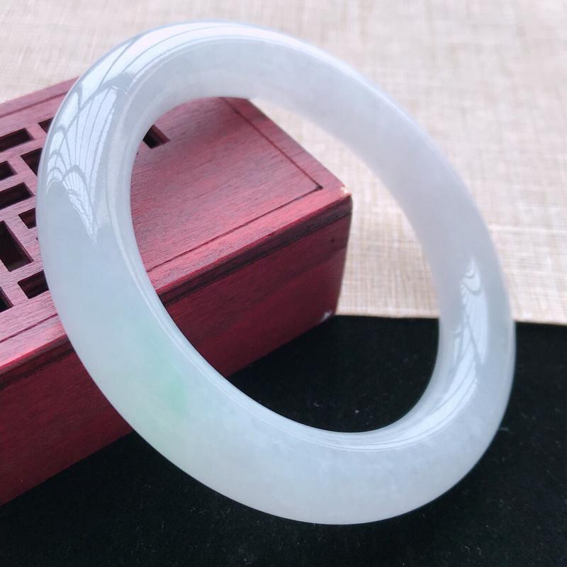 圆条:55.5。天然翡翠A货。老坑冰糯种底色圆条手镯。玉质细腻,佩戴清秀优雅。尺寸:55.5*11m