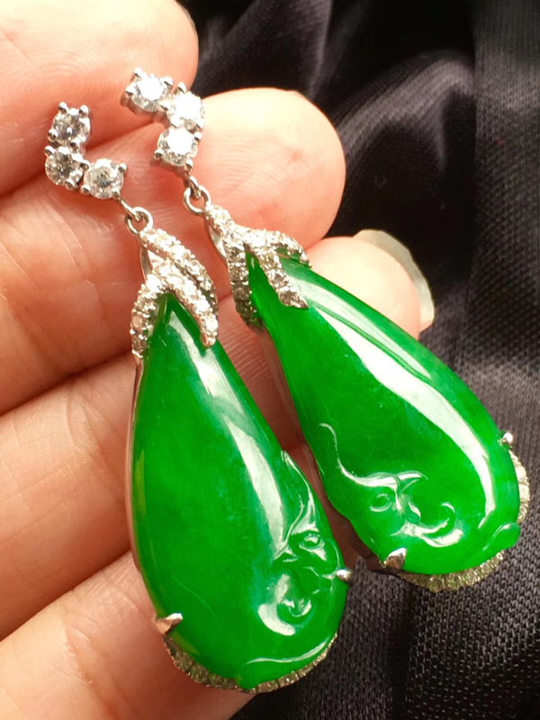 凤仪天下。正阳绿,饱满大件绿耳坠,裸石25:13:5mm,整体40.5:13:7mm,一侧小结构色根