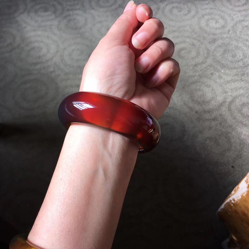 天然缅甸琥珀,血珀料开的红蜜58.5mm美镯,无杂无裂无冰,完美品质,丁点粉色泽均匀,红润光泽细腻,