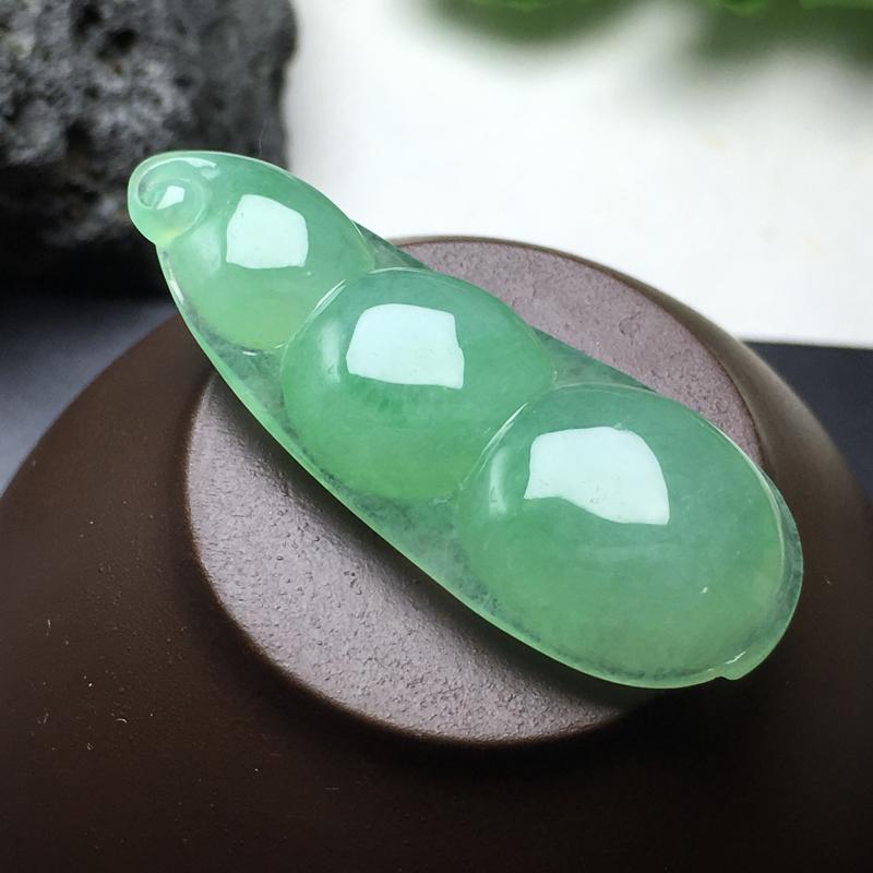 果绿福豆吊坠:种老水足,色泽漂亮,干净起光,圆润饱满,连中三元寓意佳,无孔。尺寸:44.3--17.