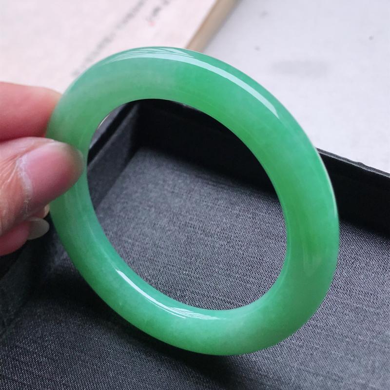 圆条55,缅甸天然翡翠好种手镯,尺寸 :55*10.5*10.8 ,玉质细腻水润 ,满绿 ,条形漂亮