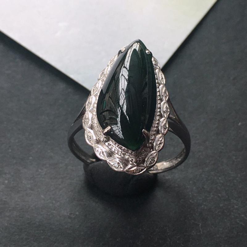 18K金伴钻镶嵌翡翠墨翠随形戒指,种水好玉质细腻温润,颜色漂亮,可透光如图所示,佩戴效果好看。