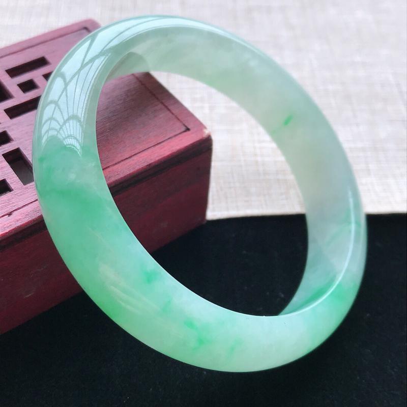 正圈:57。天然翡翠A货。老坑糯化种飘绿手镯。玉质细腻,佩戴清秀优雅。尺寸:57*14*7.8mm