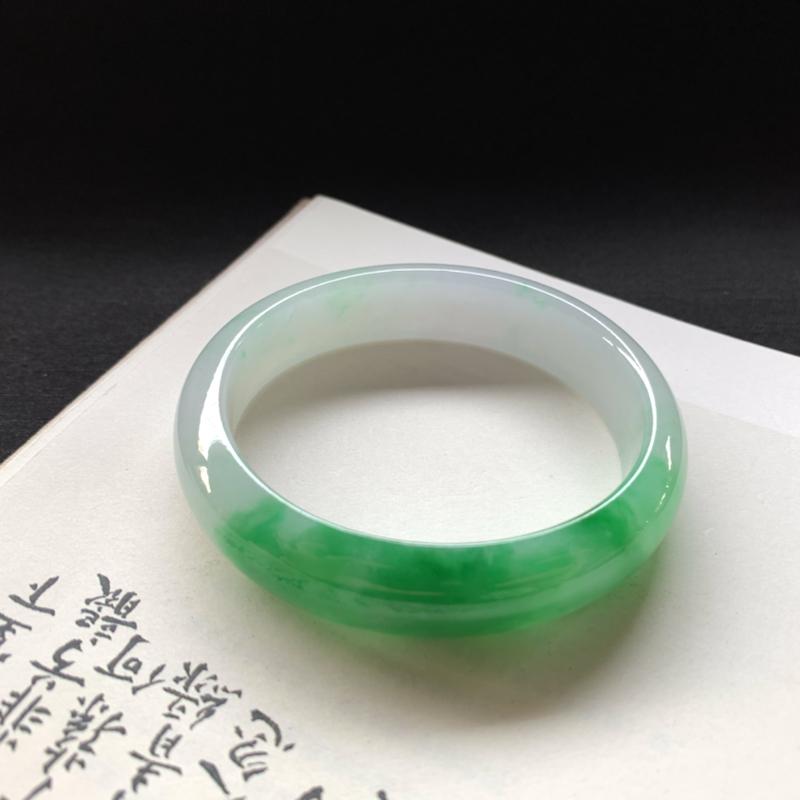 糯种飘绿贵妃手镯,短径50,正圈54.3可佩戴,玉质细腻温润,纯净白皙的底色,一截翠色耀眼吸眼球,值