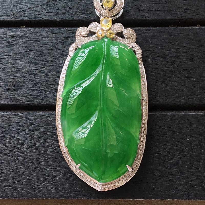 自然光实拍,缅甸a货翡翠,满绿玉叶18k金伴钻玉吊坠,种好通透,颜色艳丽,水润细腻,镶嵌豪华大气,佩