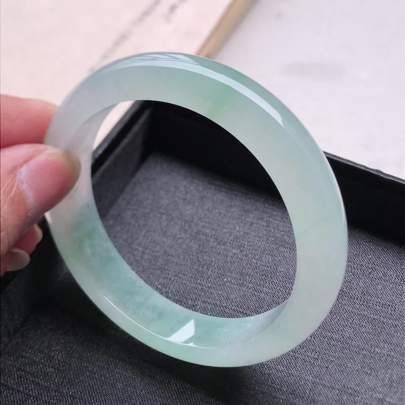 正圈59,缅甸天然翡翠好种手镯,尺寸 :59*14*8.5 ,玉质细腻水润 , 冰飘绿,条形漂亮,上