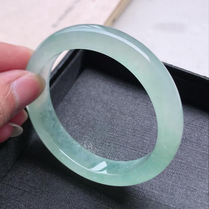 正圈57.4,缅甸天然翡翠好种手镯,尺寸 :57.4*12.4*8.2 ,玉质细腻水润 ,冰绿 ,条