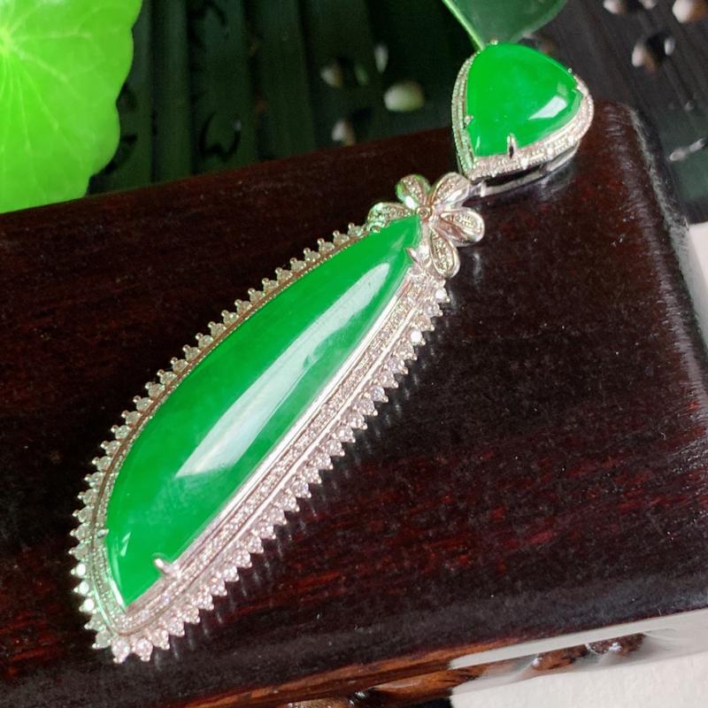 天然翡翠A货-阳绿18K金镶嵌随形吊坠,种好,玉质细腻,水头饱满,色彩迷人,有种有色,水润精致,上身