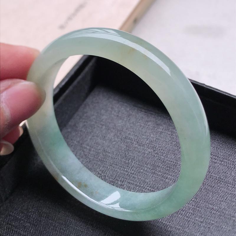 正圈57.7,缅甸天然翡翠好种手镯,尺寸 :57.7*13*7.2 ,玉质细腻水润 ,飘绿 ,条形漂