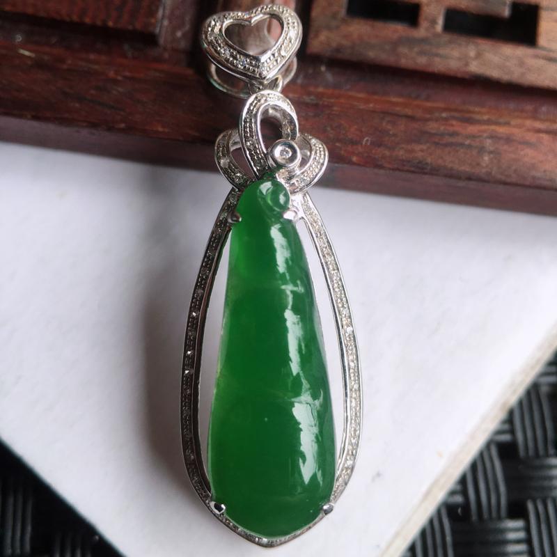 天然翡翠A货18k金伴钻镶嵌满绿福豆吊坠,整体尺寸:34.2/11.6/7.1mm,玉质细腻,颜色漂