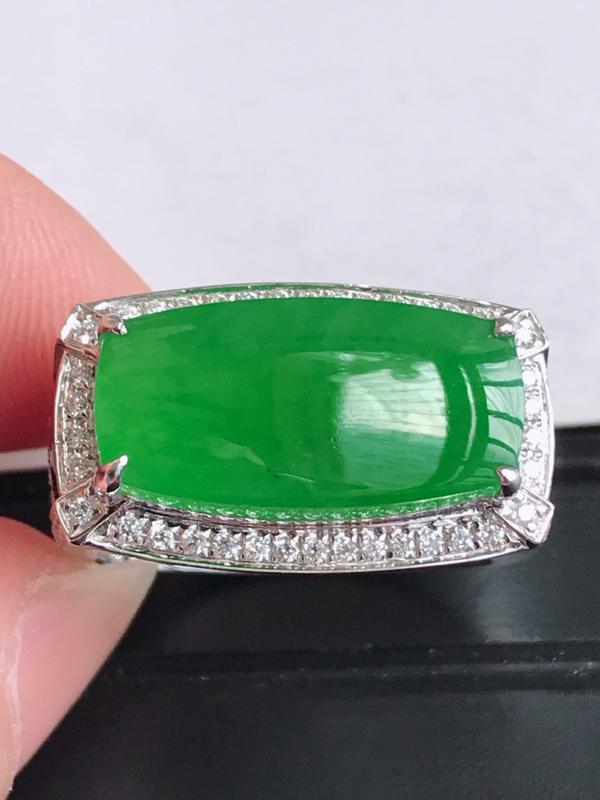 镶嵌18K金伴钻,缅甸天然老坑翡翠A货满绿无事牌戒指,裸石尺寸9.4*18.6*3.9,料子细腻,指