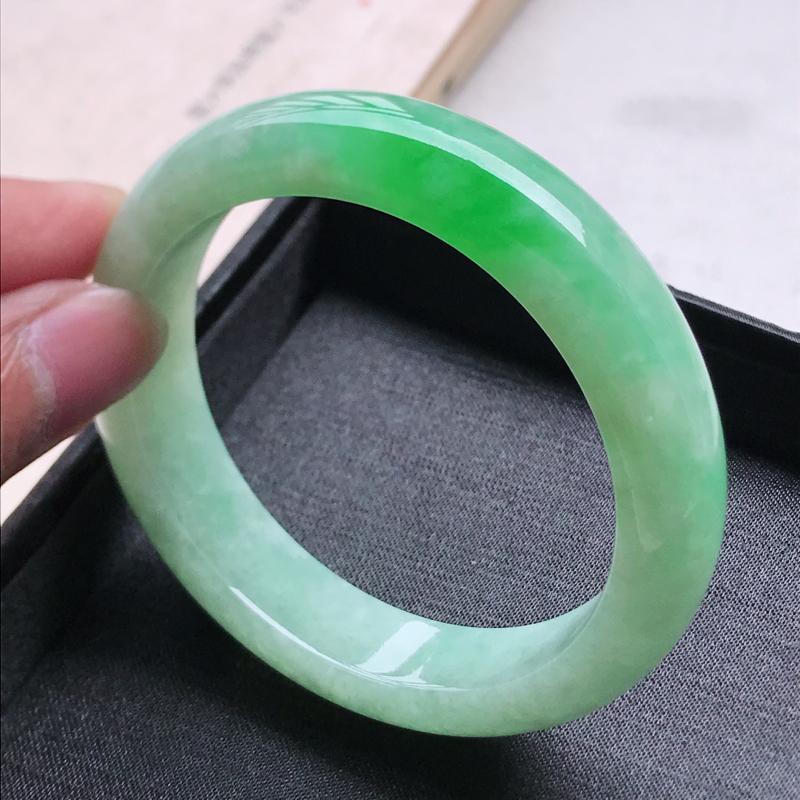 正圈59,缅甸天然翡翠好种手镯,尺寸 :59*14.6*9.2 ,玉质细腻水润 ,飘阳绿 ,条形漂亮