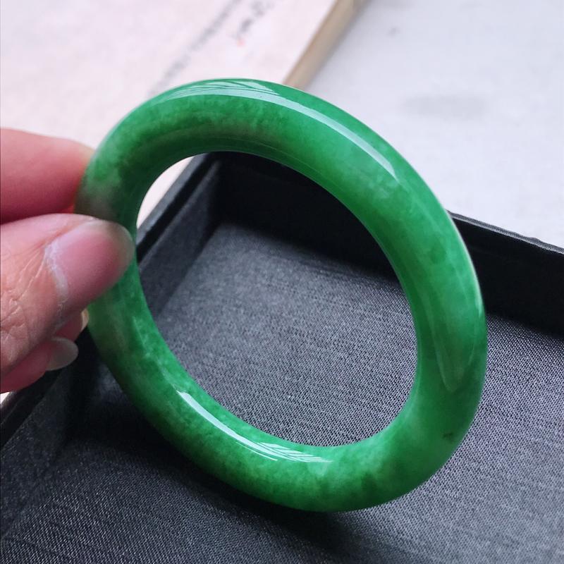 圆条55,缅甸天然翡翠好种手镯,尺寸 : 55*10.4*10.2,玉质细腻水润 , 满绿,条形漂亮