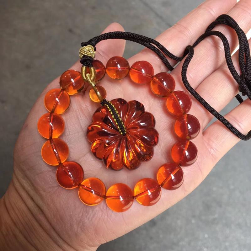 天然缅甸琥珀,一套精品红血茶套装手串+菊花平安扣,️杂裂冰,颜色红润光泽,珠子晶莹剔透,平安扣雕刻