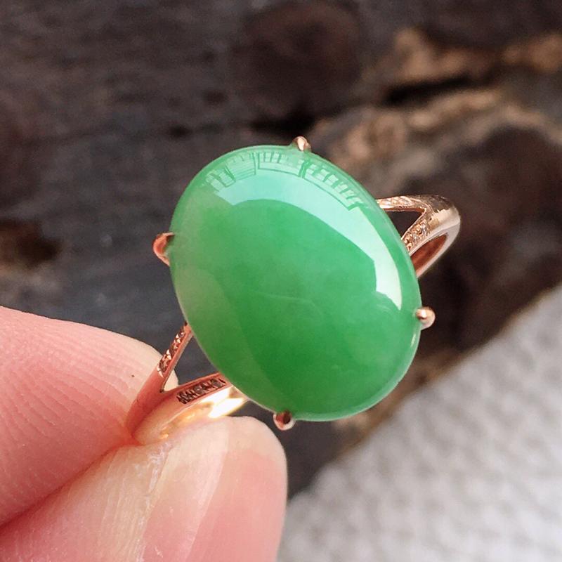 精品翡翠18k戒指雕工精美,玉质莹润,尺寸:内径:16.7MM,玉:12.4*9.6*4.3MM,总