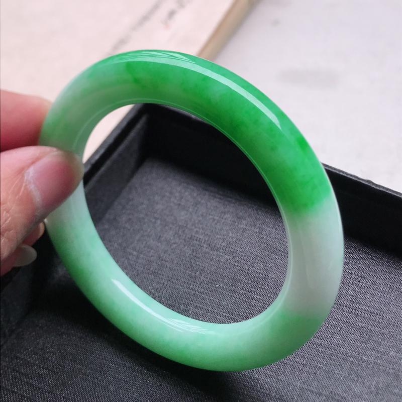 圆条57,缅甸天然翡翠好种手镯,尺寸 :57*11*11.3 ,玉质细腻水润 , 飘阳绿,条形漂亮,