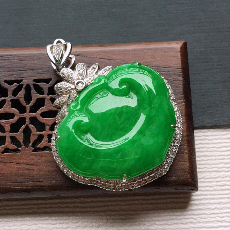 冰糯种18K金围钻满绿色招财如意吊坠。 缅甸天然翡翠A货. 品相好,料子细腻,雕工精美。尺寸:33*